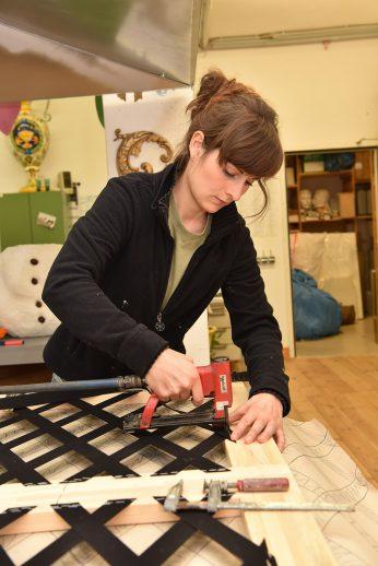 Die Theatermalerin und -plastikerin Claudia Düsing bei ihrer Arbeit in den Werkstätten des Staatstheaters Cottbus. Foto: Marlies Kross