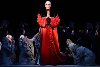 """Szenenfoto aus der Oper """"Die Favoritin"""" von Donizetti mit Ingo Witzke als Balthazar, Prior  Foto: Marlies Kross"""