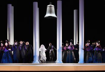 """Glocke in der Oper """"Die Favoritin"""" von Donizetti. Foto: Marlies Kross"""