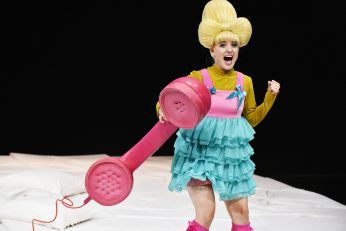 """Der pinkfarbene, überdimensionale  Telefonhörer  in """"Die spanische Fliege""""  Foto: Marlies Kross"""
