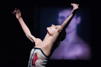 """Szenenfoto aus dem Ballett """"Das Bildnis des Dorian Gray"""" von Lode Devos mit Greta Dato als Sybil."""