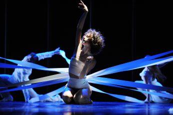 """Szenenfoto aus dem Tanzstück """"Schwanenseele"""" von Gundula Peuthert  mit (im Vordergrund) Greta Dato als Weißer Schwan"""