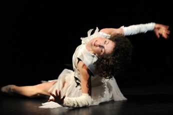 """Szenenfoto aus dem Tanzstück """"Schwanenseele"""" von Gundula Peuthert  mit Greta Dato als Weißer Schwan"""