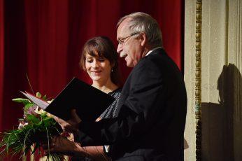 Theaterplastikerin Claudia Düsing (Förderpreisträgerin 2016) und Prof. Dr. Claus Lambrecht Vorstandsvorsitzender der Max Grünebaum-Stiftung.