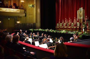 GMD Evan Christ und Mitglieder des Philharmonischen Orchesters.