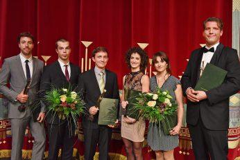 Preisträger der Max Grünebaum-Preisverleihung 2016 (v.l.n.r.):  Dr.-Ing. Andreas Wurm, Philipp Richter, Dr.-Ing. Bert Kaiser, Tänzerin Greta Dato, Theaterplastikerin Claudia Düsing und Sänger Ingo Witzke.