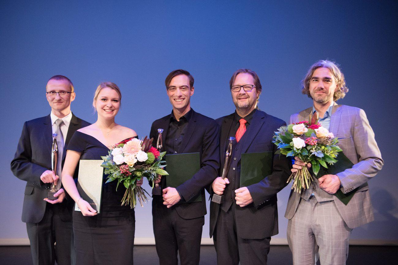 Die Preisträger der Max Grünebaum-Preisverleihung 2017 (v.l.n.r.): Dr.-Ing. Lukasz Lopacinski, Caroline Krebs, Henning Strübbe (Schauspieler), Andreas Jäpel (Sänger), Sebastian Thoss (Tontechniker)
