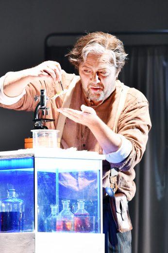 Szenenfoto mit Andreas Jäpel als Wozzeck in Alban Bergs gleichnamiger Oper © Marlies Kross